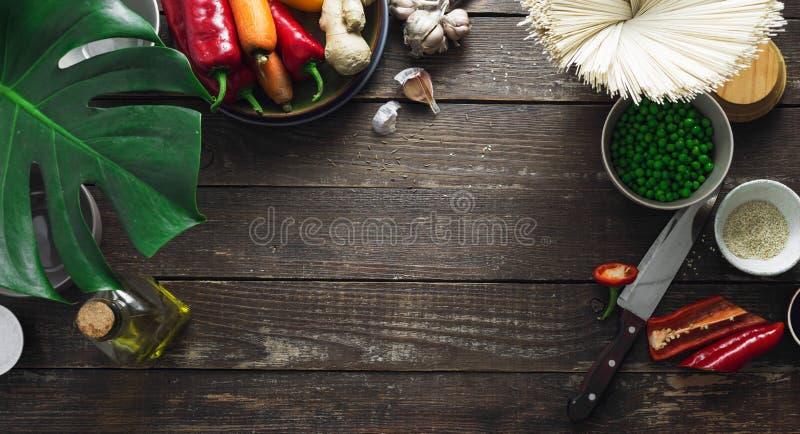 Ακατέργαστα συστατικά πλαισίων που μαγειρεύουν τα χορτοφάγα ταϊλανδικά νουντλς TA κουζινών στοκ εικόνες