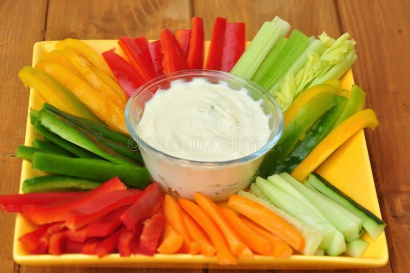 Ακατέργαστα τρόφιμα με τα λαχανικά και την εμβύθιση στοκ φωτογραφία με δικαίωμα ελεύθερης χρήσης