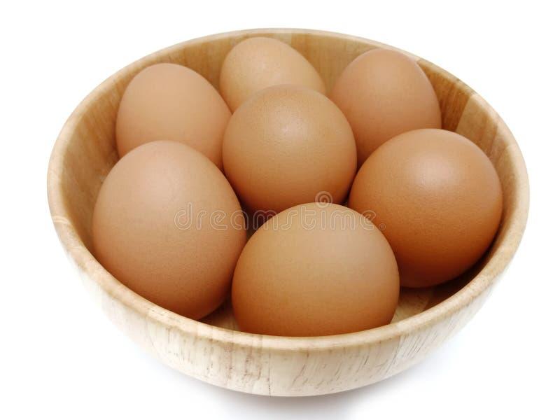 Ακατέργαστα φρέσκα καφετιά αυγά κοτόπουλου στο ξύλινο κύπελλο στοκ φωτογραφίες με δικαίωμα ελεύθερης χρήσης