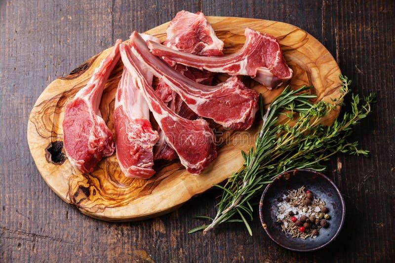 Ακατέργαστα φρέσκα πλευρά κρέατος αρνιών στοκ εικόνα με δικαίωμα ελεύθερης χρήσης