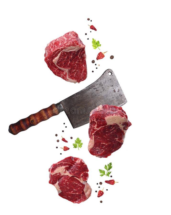 Ακατέργαστα ribeye μπριζόλα και μαχαίρι χασάπηδων που απομονώνονται στοκ φωτογραφίες