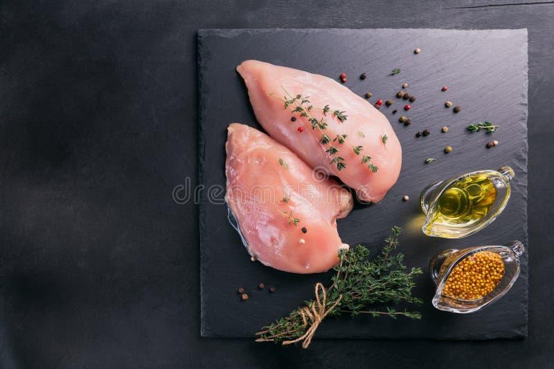 Ακατέργαστες λωρίδες κοτόπουλου με τα καρυκεύματα και τα χορτάρια στοκ φωτογραφίες με δικαίωμα ελεύθερης χρήσης