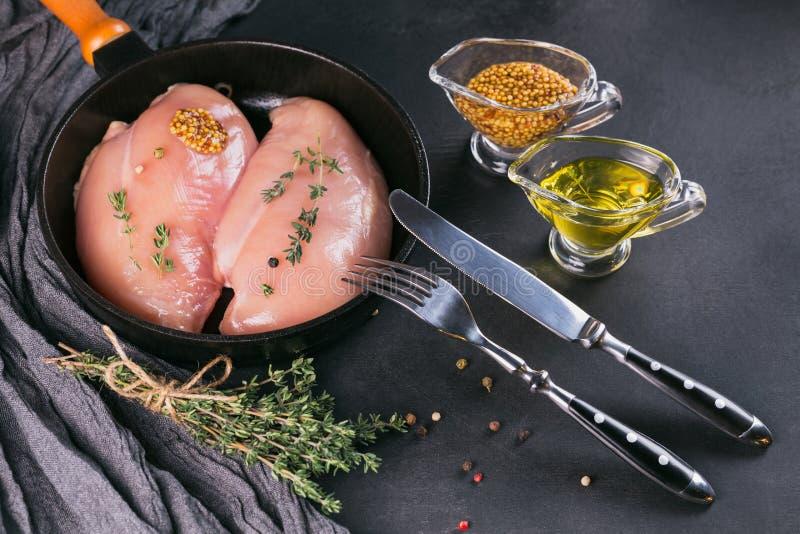 Ακατέργαστες λωρίδες κοτόπουλου με τα καρυκεύματα και τα χορτάρια στοκ εικόνα