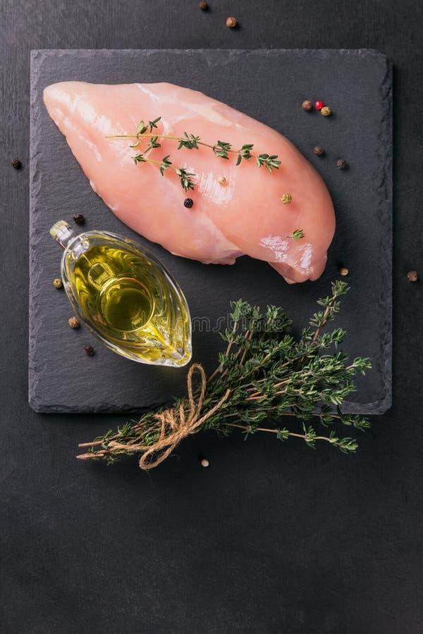 Ακατέργαστες λωρίδες κοτόπουλου με τα καρυκεύματα και τα χορτάρια στοκ φωτογραφία με δικαίωμα ελεύθερης χρήσης