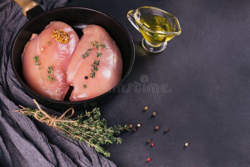 Ακατέργαστες λωρίδες κοτόπουλου με τα καρυκεύματα και τα χορτάρια στοκ φωτογραφία