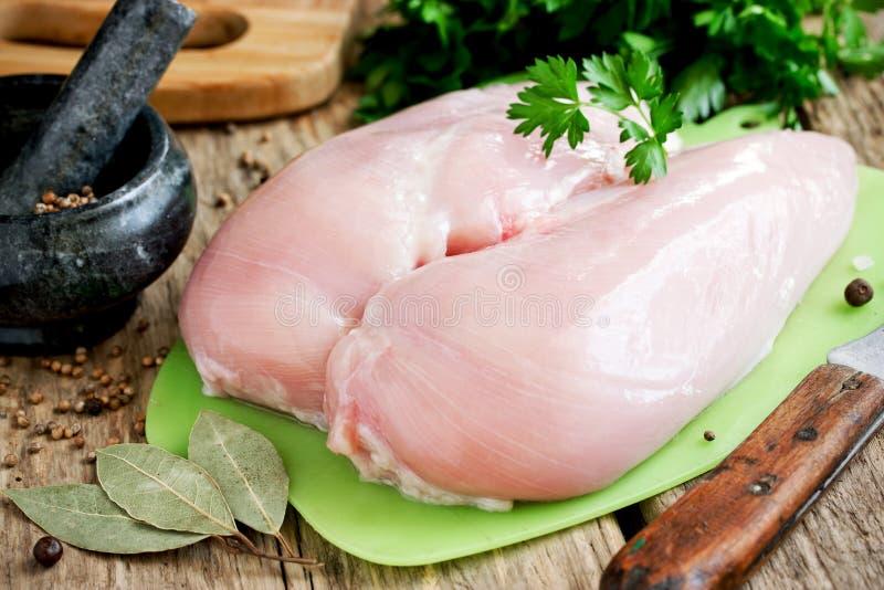 Ακατέργαστες λωρίδες στηθών κοτόπουλου σε έναν τέμνοντα πίνακα στοκ εικόνα με δικαίωμα ελεύθερης χρήσης
