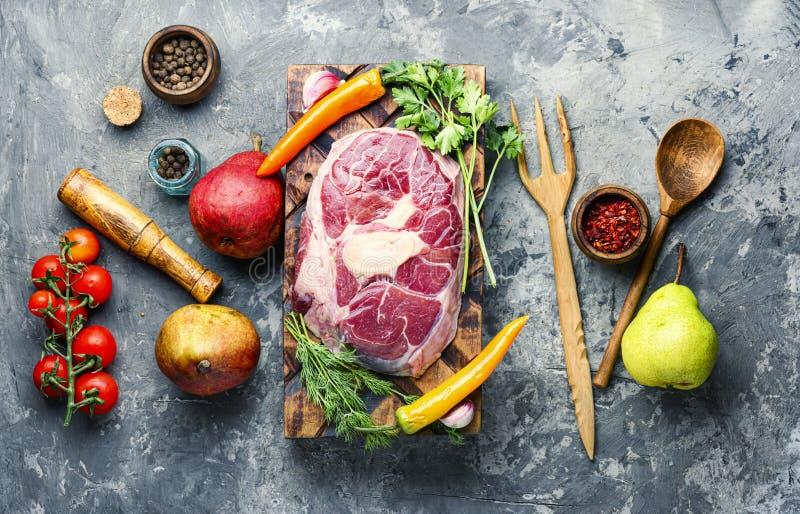 Ακατέργαστες μπριζόλες βόειου κρέατος στοκ φωτογραφία