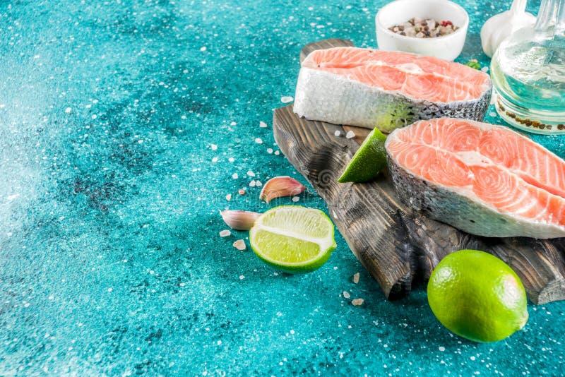 Ακατέργαστες μπριζόλες ψαριών σολομών με τα καρυκεύματα στοκ εικόνες με δικαίωμα ελεύθερης χρήσης