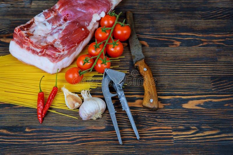 Ακατέργαστες juicy μπριζόλες κρέατος έτοιμες για το ψήσιμο σε ένα μαύρο υπόβαθρο πινάκων κιμωλίας στοκ εικόνες