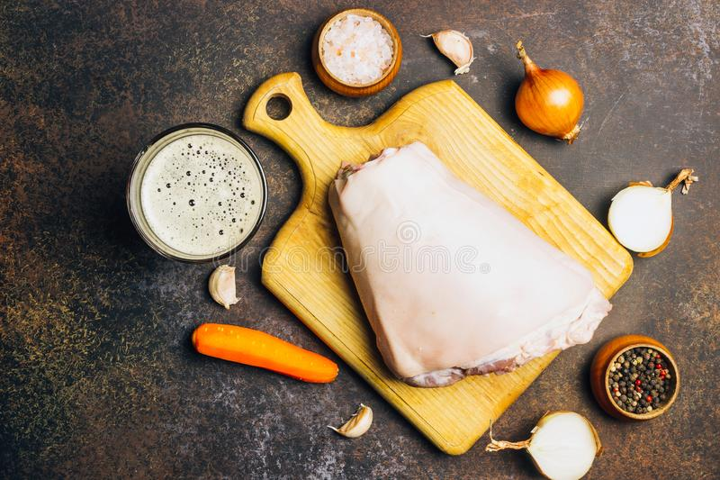 Ακατέργαστη άρθρωση χοιρινού κρέατος σε έναν τέμνοντα πίνακα Αγροτικό ύφος στοκ φωτογραφία με δικαίωμα ελεύθερης χρήσης