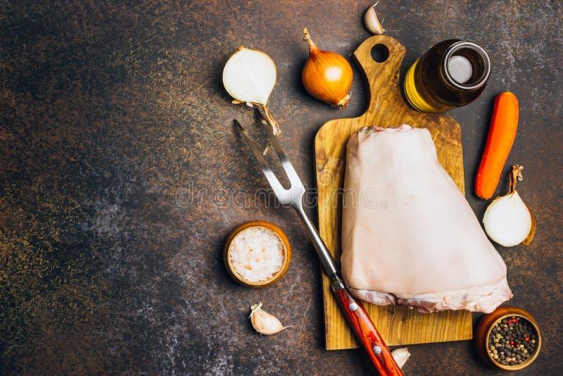 Ακατέργαστη άρθρωση χοιρινού κρέατος σε έναν τέμνοντα πίνακα Αγροτικό ύφος στοκ εικόνες