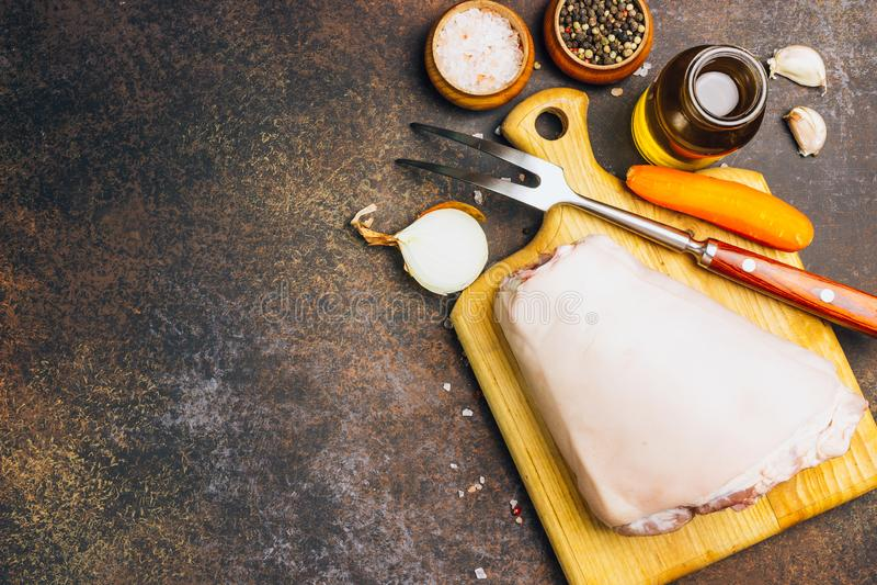 Ακατέργαστη άρθρωση χοιρινού κρέατος σε έναν τέμνοντα πίνακα Αγροτικό ύφος στοκ εικόνες με δικαίωμα ελεύθερης χρήσης