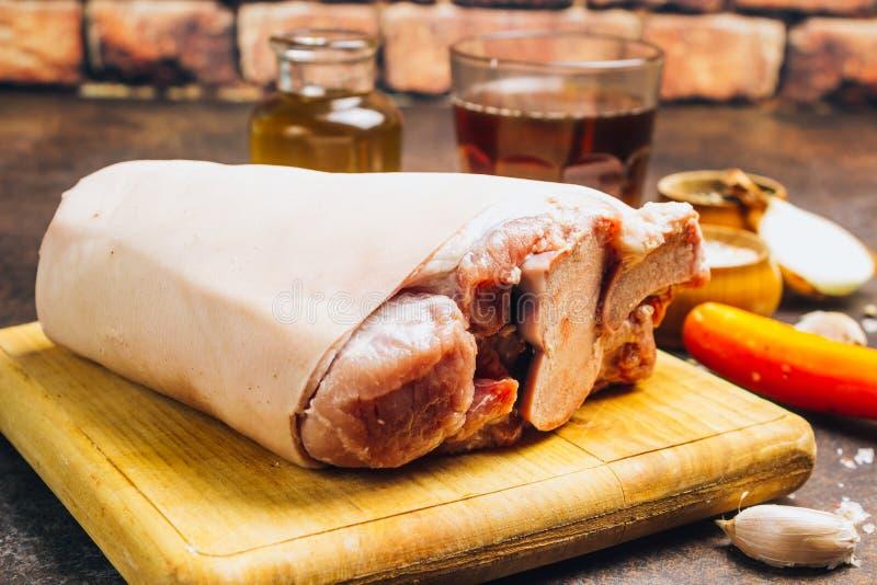 Ακατέργαστη άρθρωση χοιρινού κρέατος σε έναν τέμνοντα πίνακα Αγροτικό ύφος στοκ φωτογραφίες με δικαίωμα ελεύθερης χρήσης