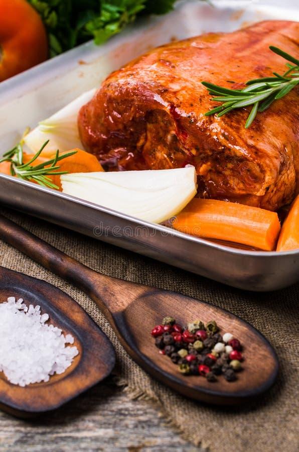 Ακατέργαστη άρθρωση χοιρινού κρέατος στο μαρινάρισμα στοκ φωτογραφία με δικαίωμα ελεύθερης χρήσης