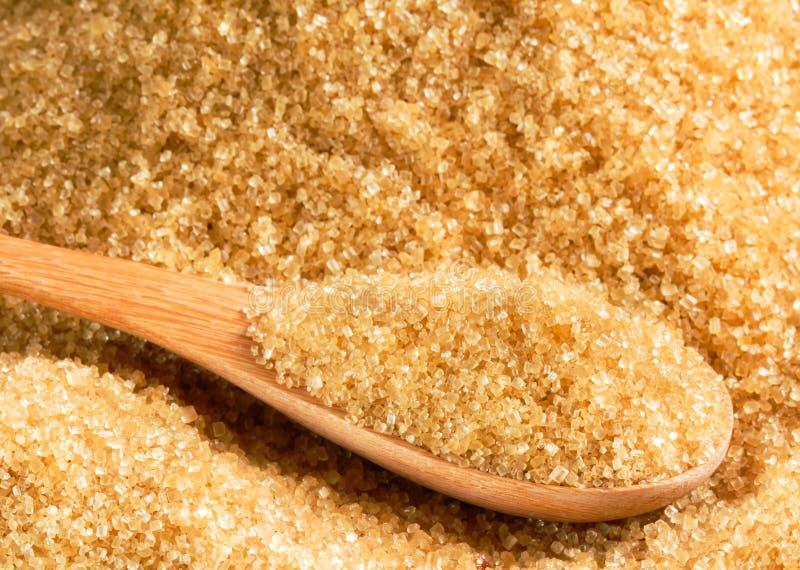 Ακατέργαστη ζάχαρη στο ξύλινο κουτάλι στοκ φωτογραφία