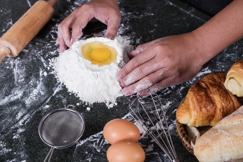 Ακατέργαστη ζύμη για το ψωμί με τα συστατικά στο μαύρο υπόβαθρο, αρσενικό χ στοκ εικόνες με δικαίωμα ελεύθερης χρήσης