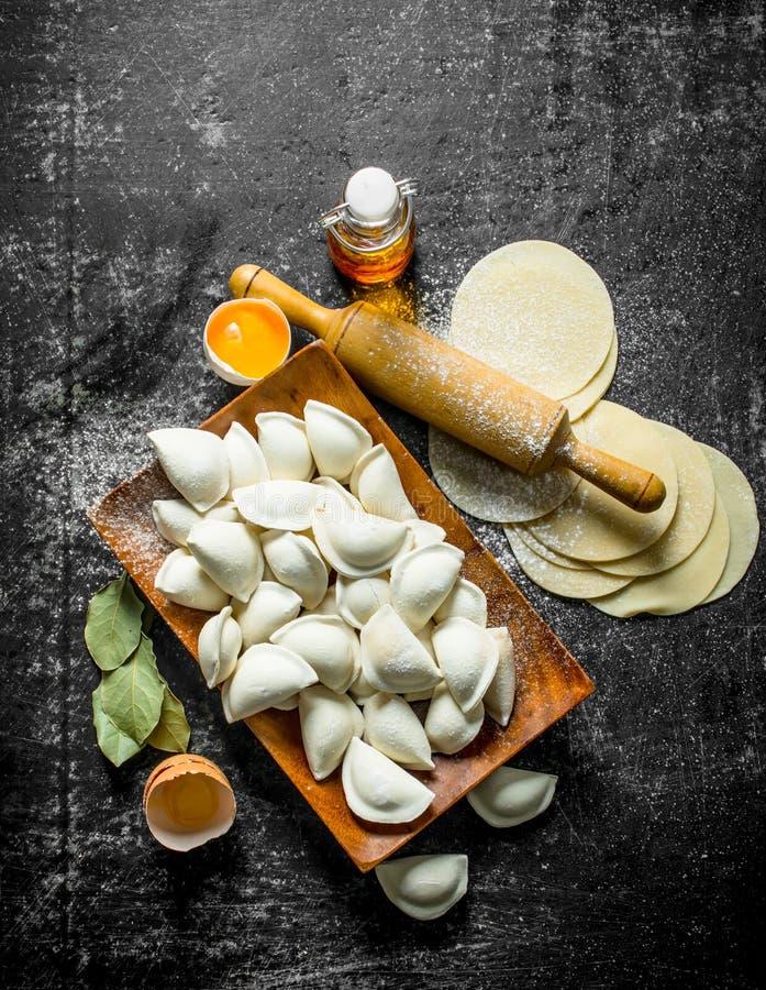 Ακατέργαστη μπουλέττα Μαγείρεμα των σπιτικών μπουλεττών με το κρέας στοκ εικόνες