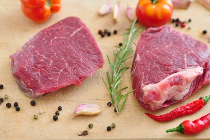 Ακατέργαστη μπριζόλα βόειου κρέατος στοκ εικόνα