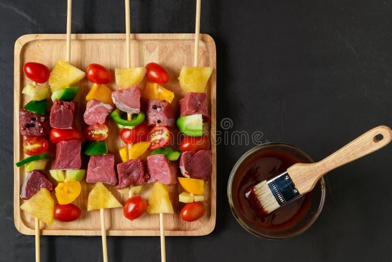 Ακατέργαστη σχάρα βόειου κρέατος με τα λαχανικά στο ξύλο = στοκ φωτογραφία