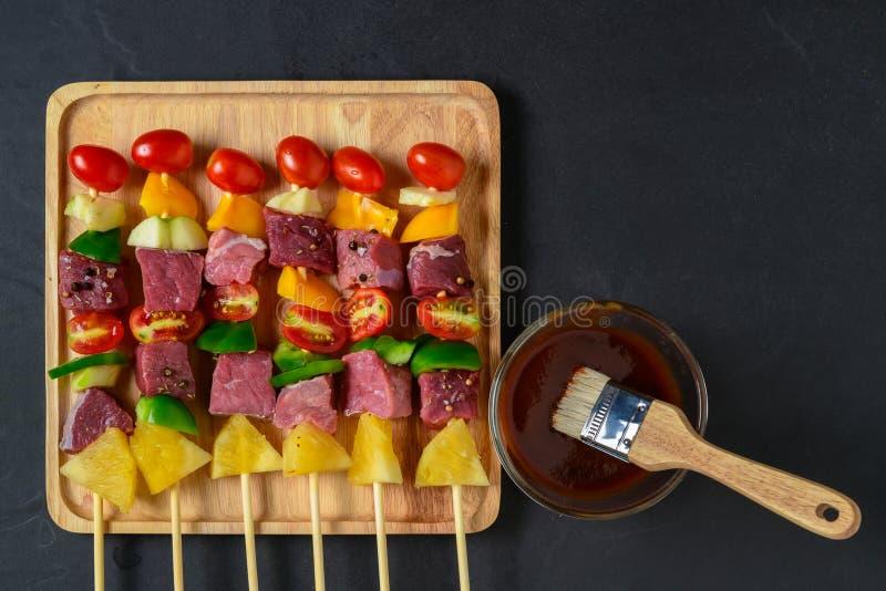 Ακατέργαστη σχάρα βόειου κρέατος με τα λαχανικά στοκ φωτογραφίες με δικαίωμα ελεύθερης χρήσης