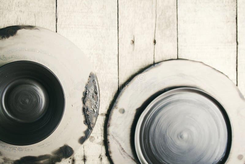 Ακατέργαστος κεραμικός πιάτων (μην καψτε) στο ξύλινο υπόβαθρο στοκ φωτογραφία με δικαίωμα ελεύθερης χρήσης