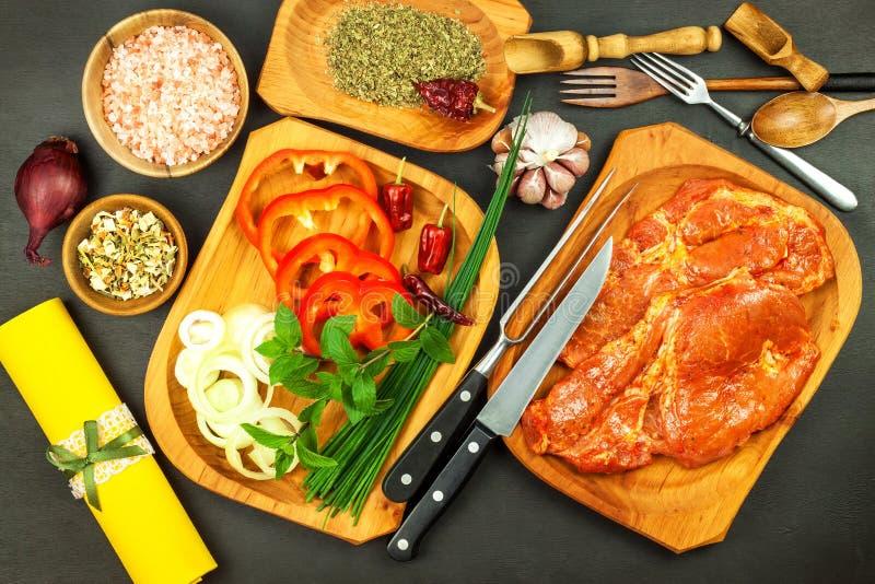 Ακατέργαστος μαριναρισμένος λαιμός χοιρινού κρέατος Προετοιμασία του κρέατος για το ψήσιμο στη σχάρα Ακατέργαστα κρέας και καρυκε στοκ φωτογραφία με δικαίωμα ελεύθερης χρήσης