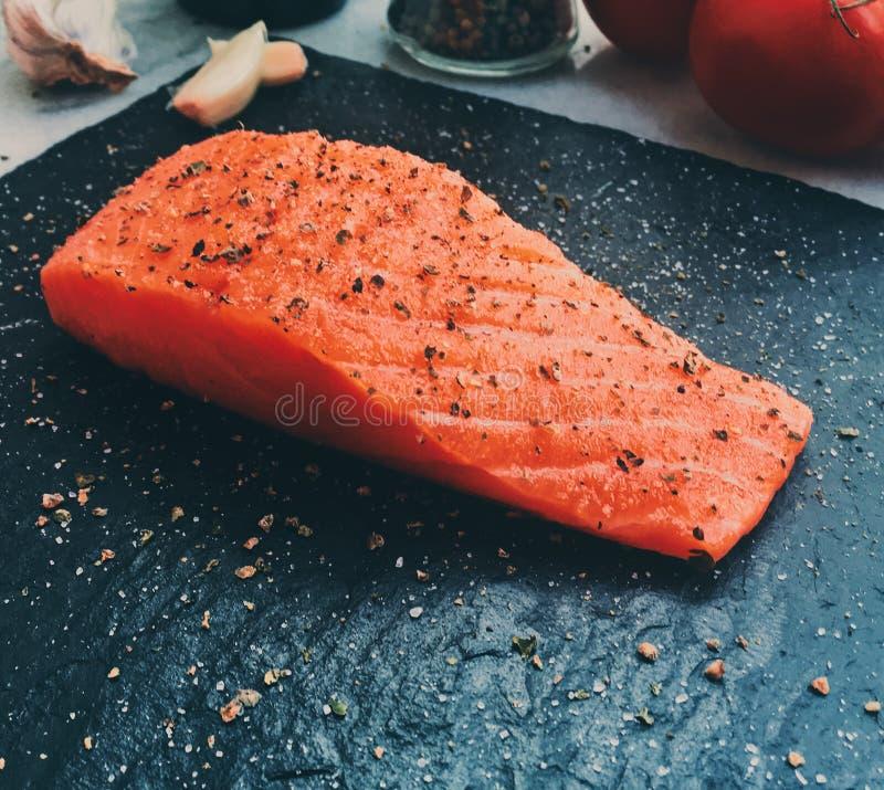 ακατέργαστος μαριναρισμένος σολομός - υγιής κατανάλωση και μεσογειακή ορισμένη συνταγές έννοια κουζίνας στοκ εικόνες