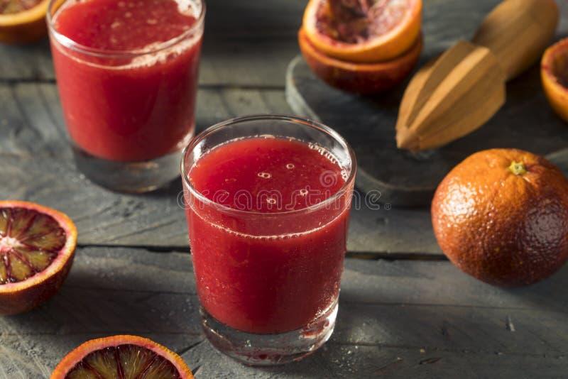 Ακατέργαστος φρέσκος συμπιεσμένος χυμός από πορτοκάλι αίματος στοκ εικόνες