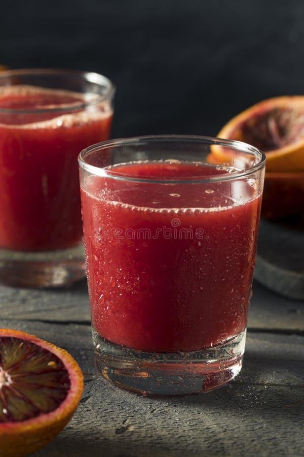 Ακατέργαστος φρέσκος συμπιεσμένος χυμός από πορτοκάλι αίματος στοκ φωτογραφίες