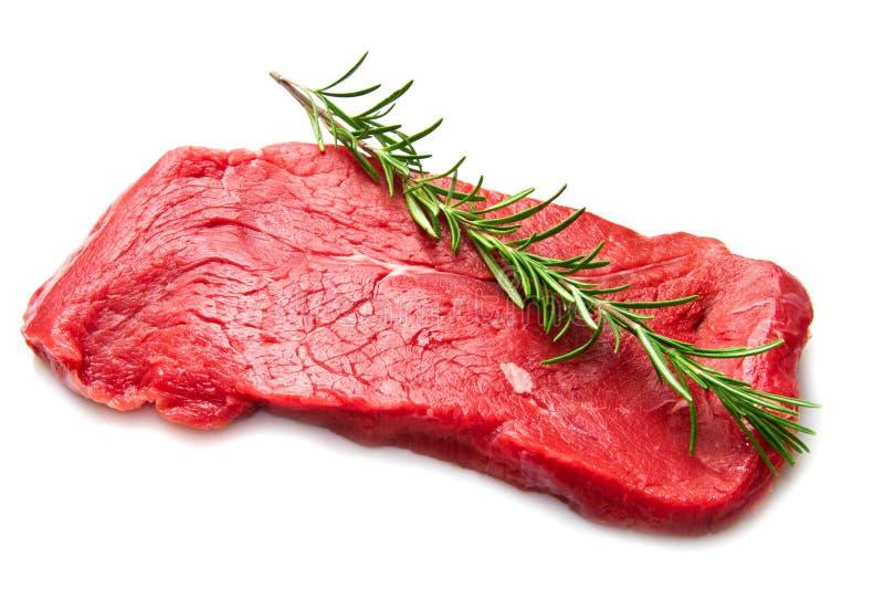 Ακατέργαστο βόειο κρέας στον τέμνοντα πίνακα στοκ φωτογραφίες