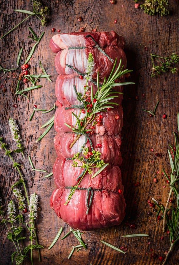 Ακατέργαστο βόειο κρέας ψητού, προετοιμασία στο ξύλινο υπόβαθρο στοκ εικόνα με δικαίωμα ελεύθερης χρήσης
