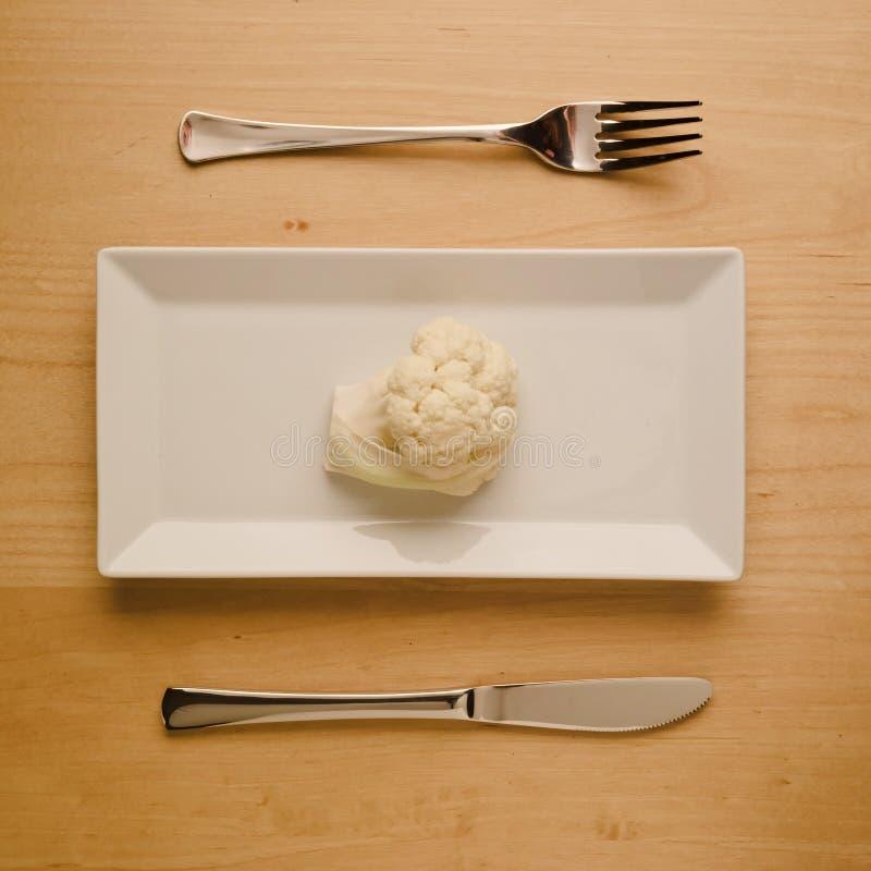 Ακατέργαστο κουνουπίδι διατροφής χαμηλός-εξαερωτήρων Vegan στο ορθογώνιο πιάτο στοκ φωτογραφίες με δικαίωμα ελεύθερης χρήσης