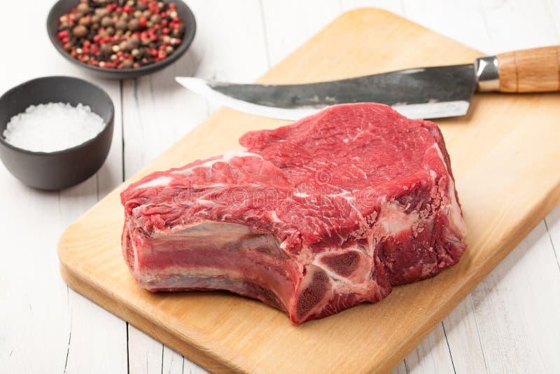Ακατέργαστο κρέας βόειου κρέατος με το κόκκαλο στοκ φωτογραφία με δικαίωμα ελεύθερης χρήσης