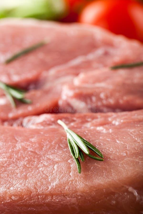 Ακατέργαστο κρέας χοιρινού κρέατος και φρέσκα λαχανικά στοκ φωτογραφίες