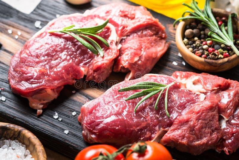 Ακατέργαστο μάτι πλευρών μπριζόλας βόειου κρέατος με τα χορτάρια στοκ εικόνα με δικαίωμα ελεύθερης χρήσης