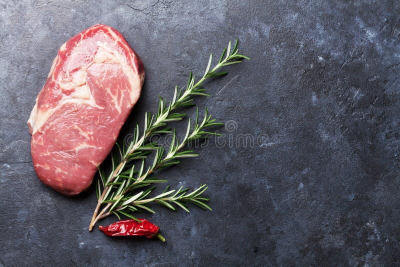 Ακατέργαστο μαγείρεμα και συστατικά μπριζόλας βόειου κρέατος στοκ εικόνες