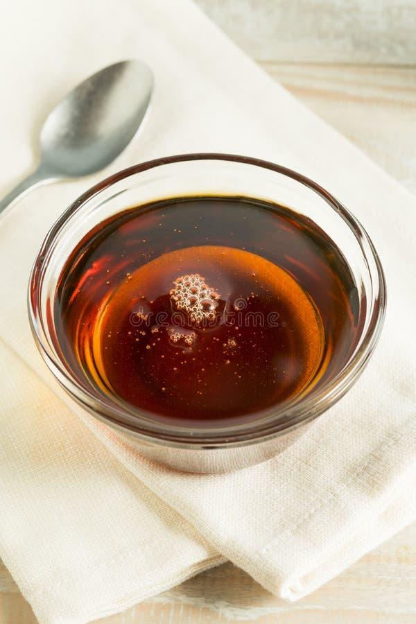 Ακατέργαστο οργανικό σκοτεινό σιρόπι αγαύης στοκ εικόνα