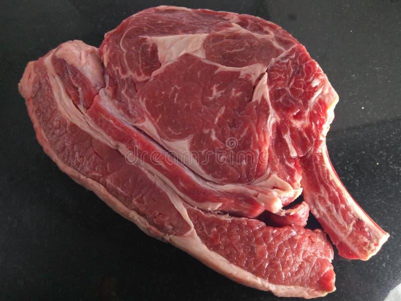 Ακατέργαστο παχύ χοντρό κομμάτι στο οργανικό carvery βόειου κρέατος στοκ φωτογραφία με δικαίωμα ελεύθερης χρήσης