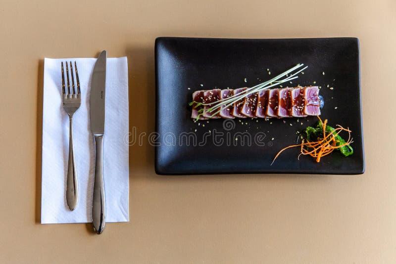 Ακατέργαστο πιάτο τόνου που εξυπηρετείται στο εστιατόριο στοκ φωτογραφίες