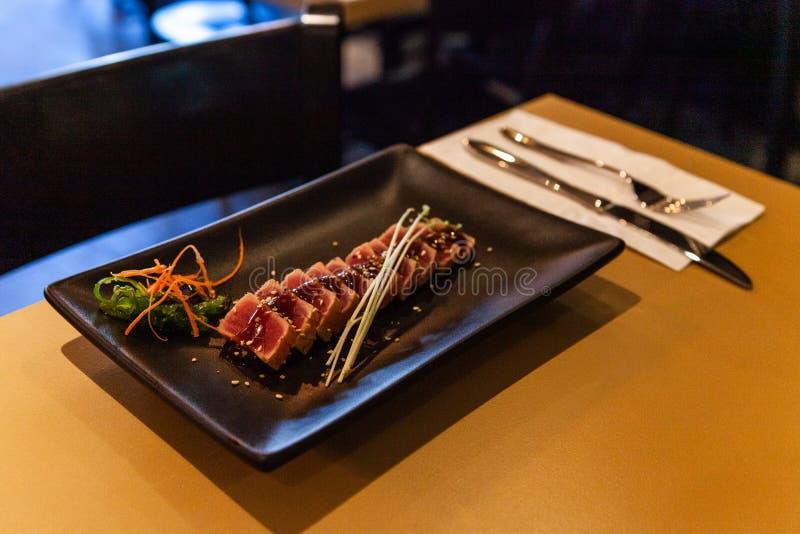 Ακατέργαστο πιάτο τόνου που εξυπηρετείται στο εστιατόριο στοκ φωτογραφία