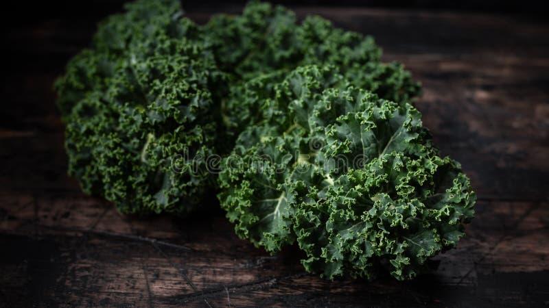 Ακατέργαστο πράσινο λάχανο του Kale στον αγροτικό ξύλινο πίνακα Superfood στοκ φωτογραφίες