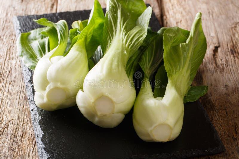 Ακατέργαστο πράσινο υγιές choy κινεζικό λάχανο μωρών bok στον πίνακα πλακών οριζόντιος στοκ φωτογραφία