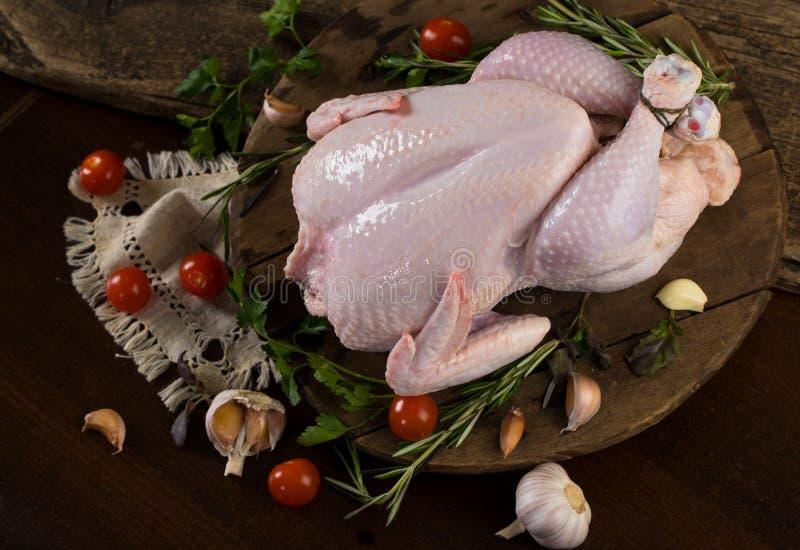 Ακατέργαστο σφάγιο κοτόπουλου λωρίδων κοτόπουλου στοκ φωτογραφίες