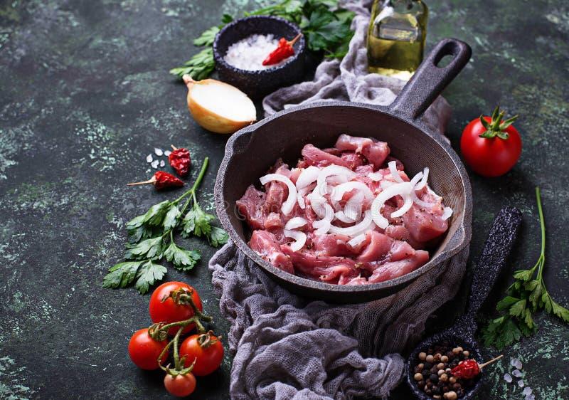 Ακατέργαστο τεμαχισμένο κρέας έτοιμο για το μαγείρεμα στοκ φωτογραφίες