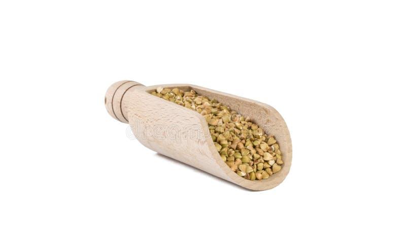 Ακατέργαστο φαγόπυρο στην ξύλινη σέσουλα που απομονώνεται στο άσπρο υπόβαθρο διατροφή βιο φυσικό συστατικό τροφίμων r στοκ εικόνες