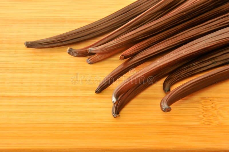 Ακατέργαστο φασόλι βανίλιας στην κορυφή του ξύλινου πίνακα στοκ φωτογραφίες