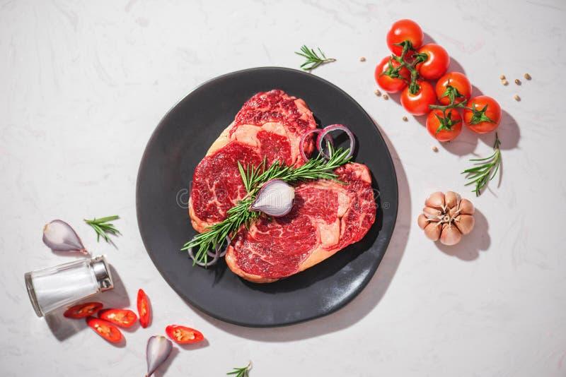 Ακατέργαστο φρέσκο βόειο κρέας στο άσπρο υπόβαθρο πετρών, τοπ άποψη στοκ φωτογραφίες με δικαίωμα ελεύθερης χρήσης