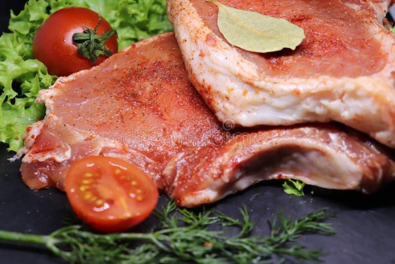 Ακατέργαστο, φρέσκο κρέας χοιρινού κρέατος στο κόκκαλο στοκ φωτογραφίες