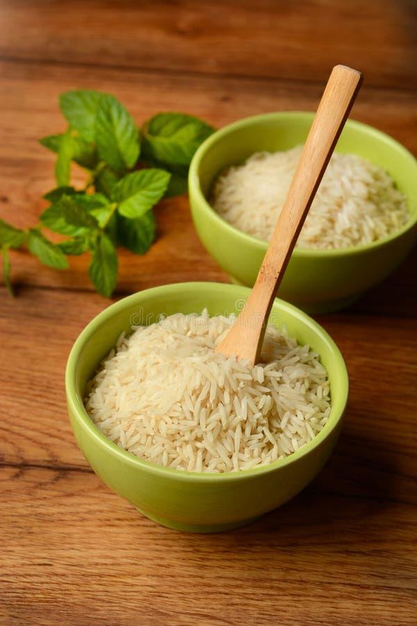 Ακατέργαστο basmati ρύζι στο κύπελλο τερακότας στοκ εικόνες