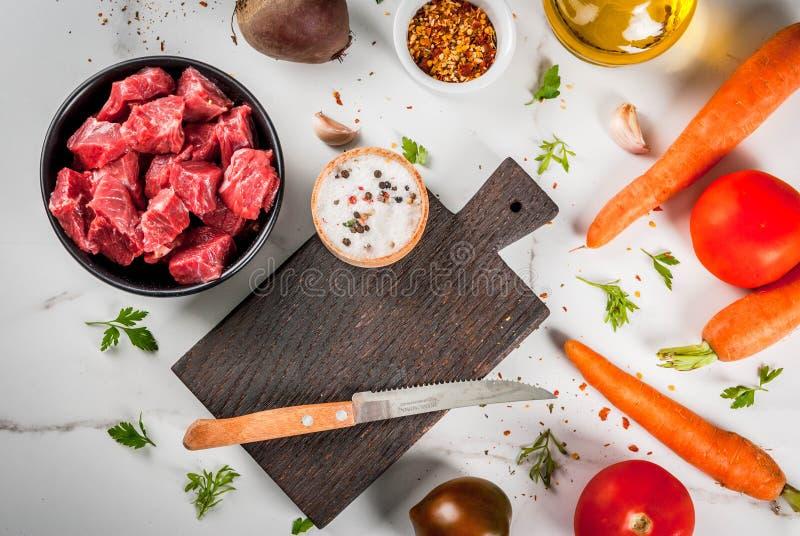 Ακατέργαστο goulash βόειου κρέατος με τα καρυκεύματα και τα λαχανικά στοκ εικόνες
